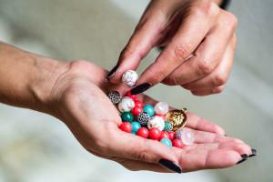 Как зарядить браслет из камней